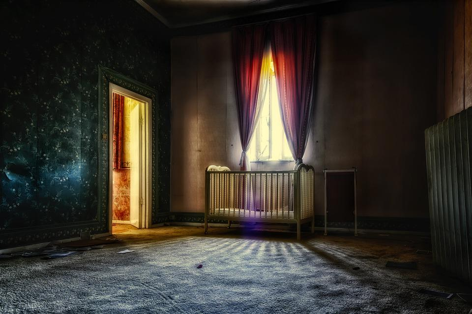 Free photo Bed Cot Dark Room Mysterious Space Apartment