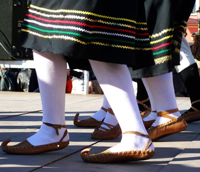 Bőrsarú, Traditional Costume, Dance