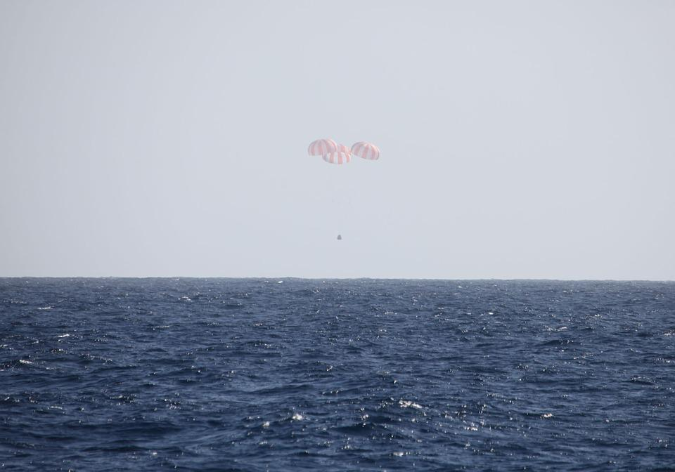 Spacecraft, Landing, Chutes, Parachutes, Ocean, Sea
