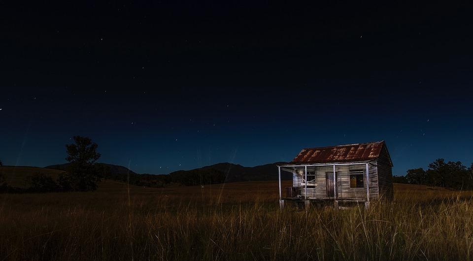Resultado de imagen de abandoned cabin night