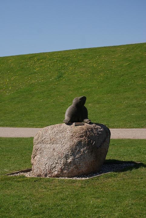 Foka, Figure, Grass, Sky, Monument, Green
