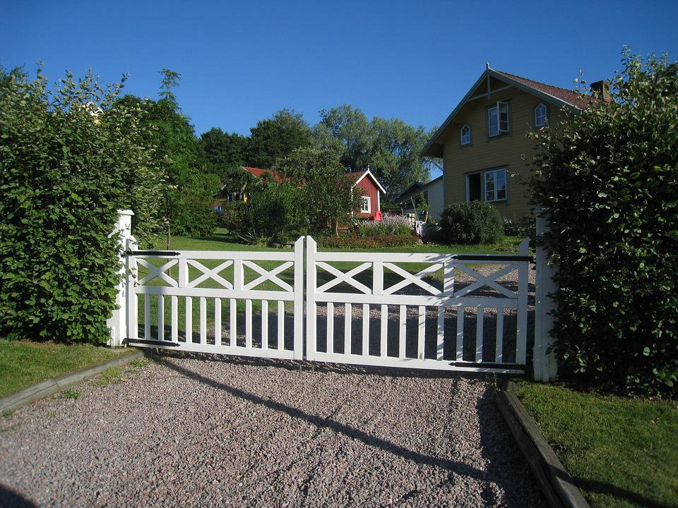 Gateposts, Grind, Painted White, Summer, House, Shrubs