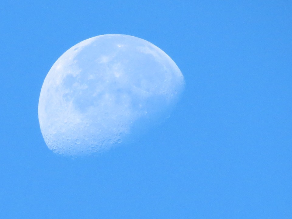 Luna, Day, Sky