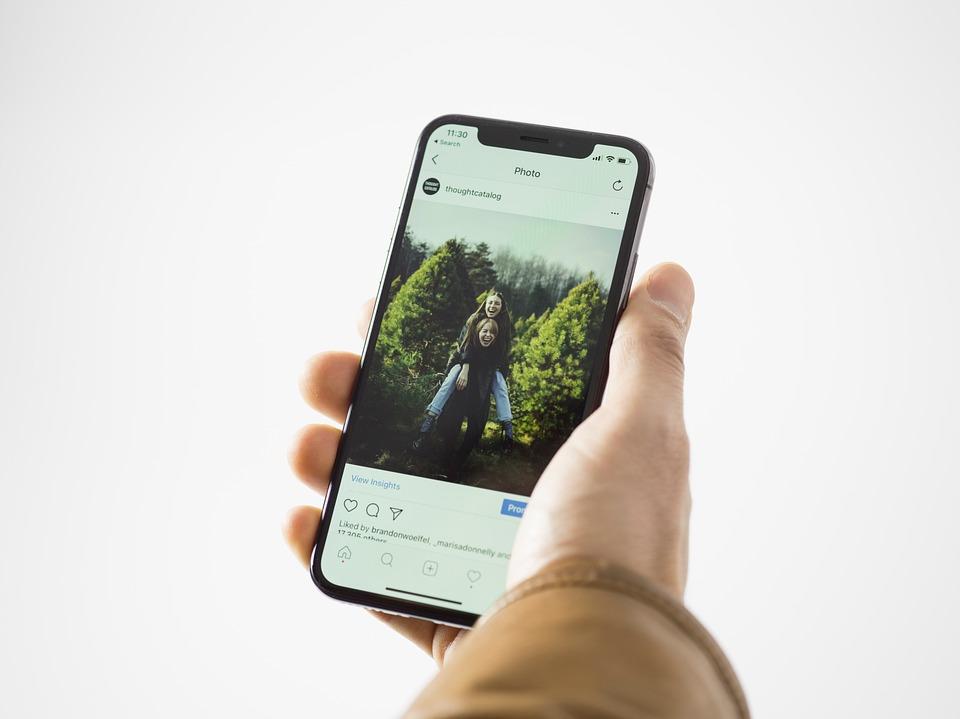 App, Millenials, Youth, Reading, News, Women, Hand