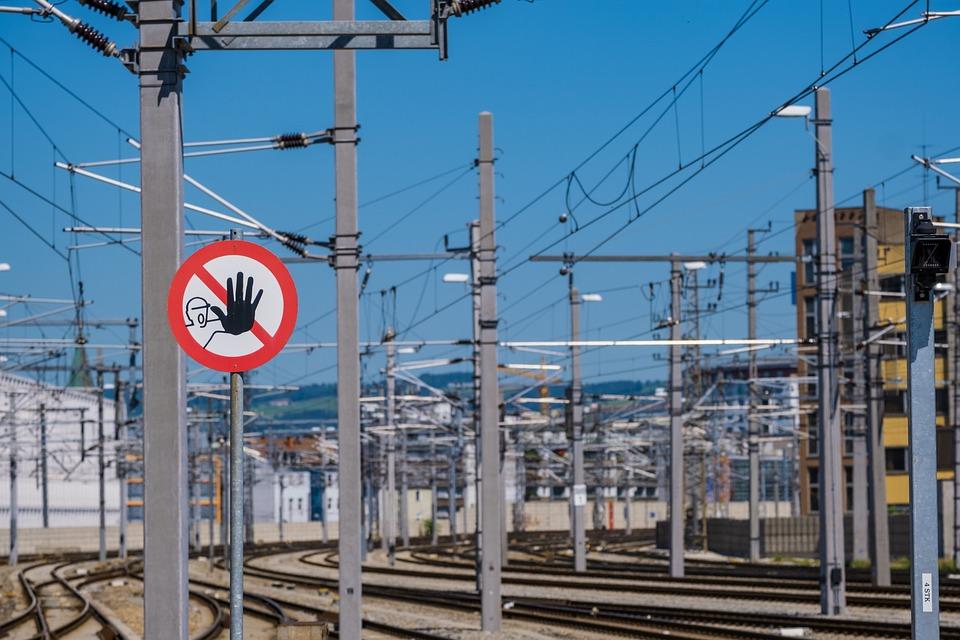 Railway Station, Warnschild, Risk, Railway Tracks