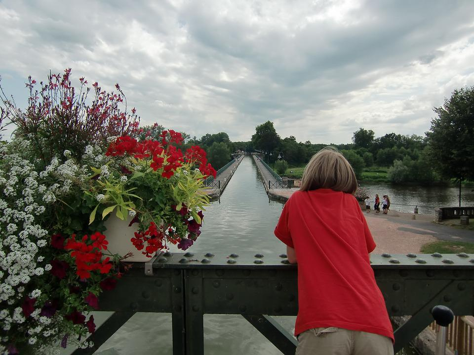 Channel Loire, Scene, Red And Grey, Mood, Flower Box
