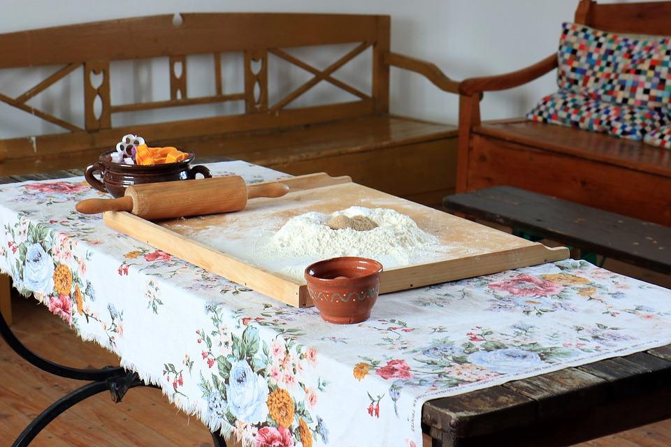 The Rustic Kitchen, Sel Dining Table, Flour, Roller