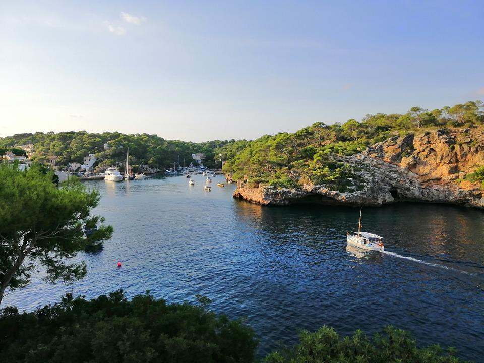 Spain, Mallorca, Cala Figuera, Bay, Ships