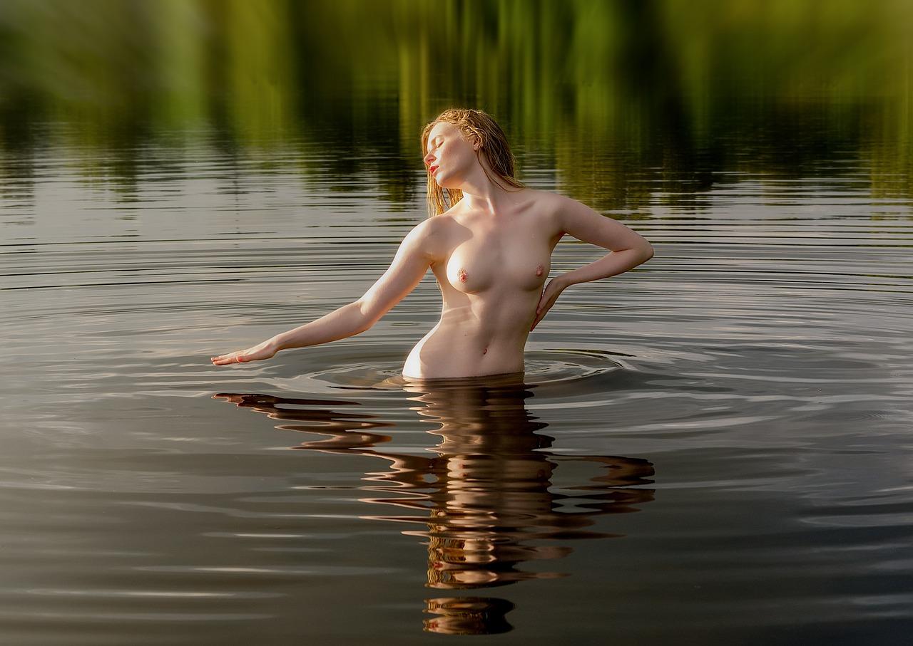 foto-golaya-v-vode-devushki-anal-shlyuha-rakom