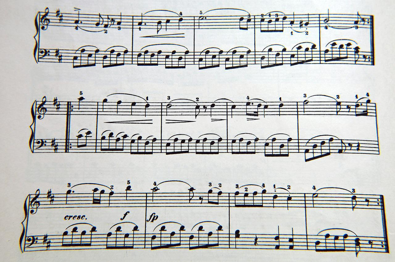 classical period music notes How does the music of the classical period differ from the music of the baroque period syncopations, and frequent changes from long notes to short ones.