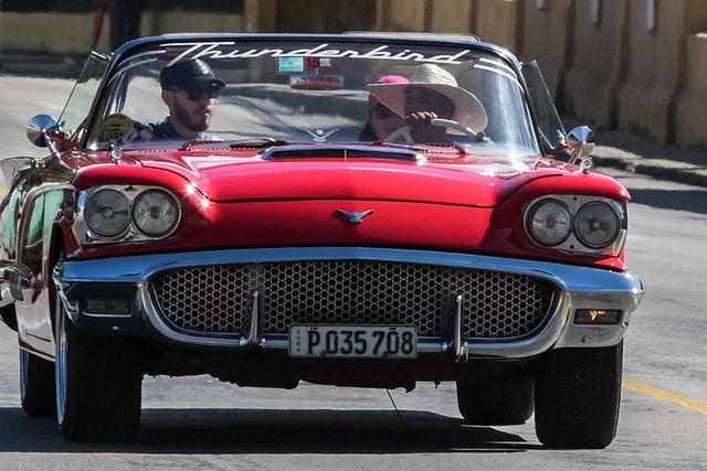Cuba, Havana, Cementerio De Colòn, Thunderbird, Red