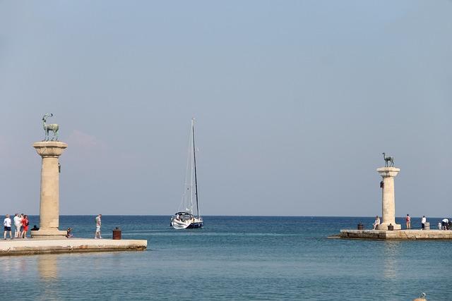 Mandraki Harbour, Rhodes, Columnar, Hirsch, Doe