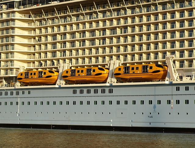 Shedding Lifeboats, Lifeboats, Cruise Ship, Ozeanriese