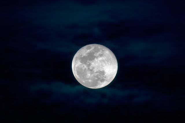 Full Moon, 薄雲, Widi Islands, Indonesia