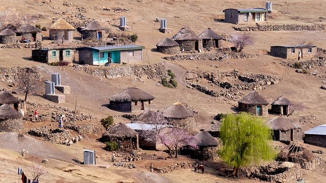 Lesotho, Bergdorf, Rondavels, Karg